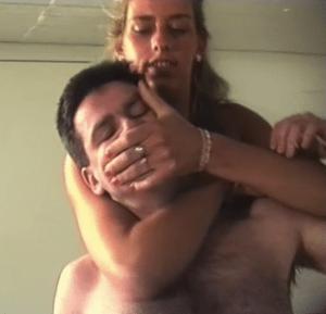 Dagmar nimmt ihm mit ihren extrem großen Händen die Luft